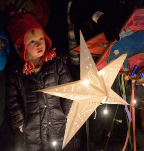 captivated child with sinterklaas star | sinterklaashudsonvalley.com